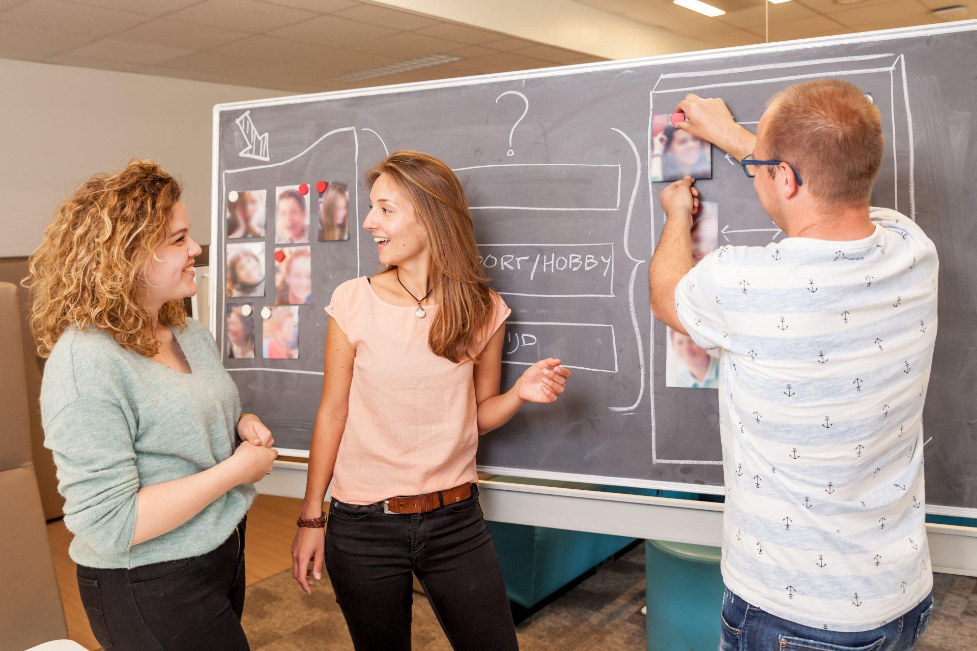 Studenten voor schoolbord