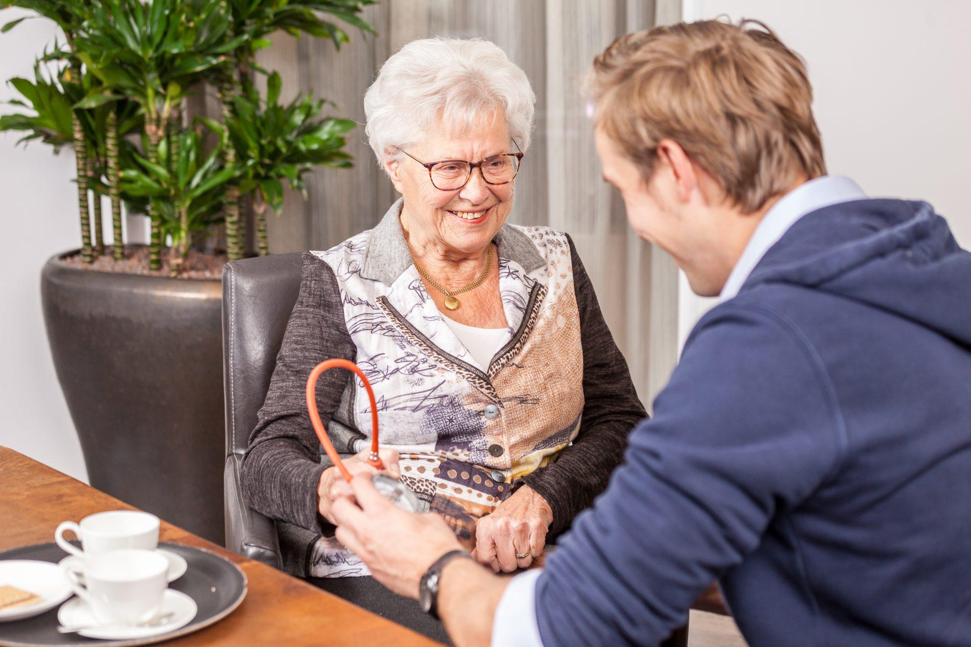 Oudere vrouw bij jonge fysio - FotoFluvius