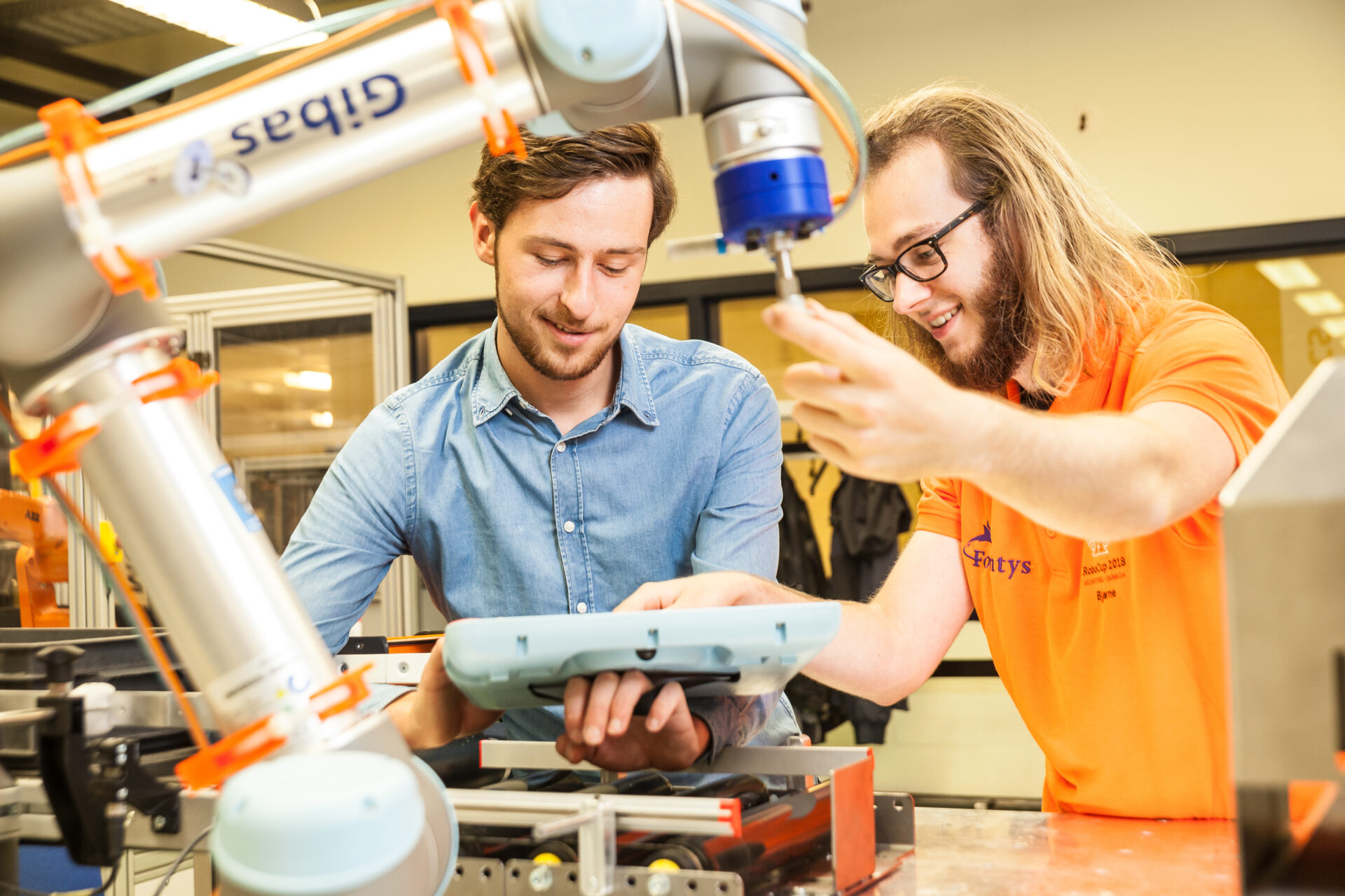 Twee robotengineers werken samen.